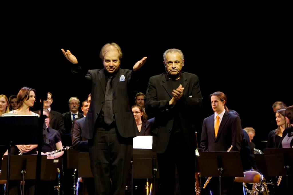 Denis Simándy, chef d'orchestre du JEH, Jeune Ensemble Harmonique de Villeneuve d'Ascq en compagnie de Francis Perrin
